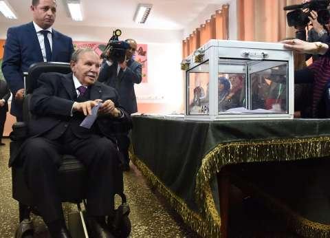 بالصور  الرئيس بوتفليقة يدلي بصوته على كرسي متحرك
