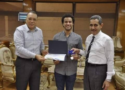رئيس جامعة القناة يكرم علاء عبد العزيز بطل العالم في سباحة الزعانف