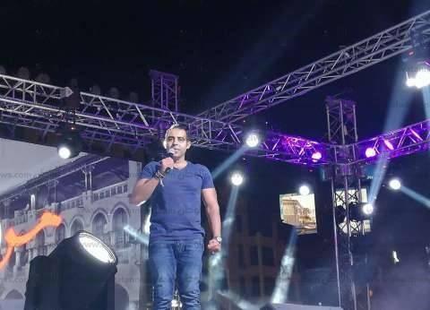 بالفيديو| محمد عدوية يشارك المواطنين فرحتهم بفوز السيسي في ميدان روكسي