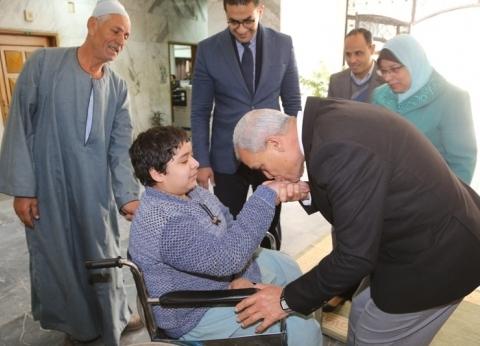 بالصور| محافظ المنوفية يسلم كرسي متحرك لطالب ثانوي