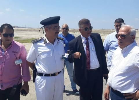 """محافظ بورسعيد يستعرض أعمال تجهيز مطار """"الجميل"""" بإزالة كافة المخلفات"""