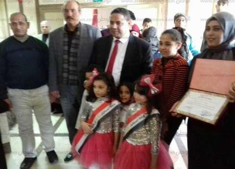 وكيل التربية والتعليم بشمال سيناء يمنح مدارس رياض الأطفال شهادات تقدير