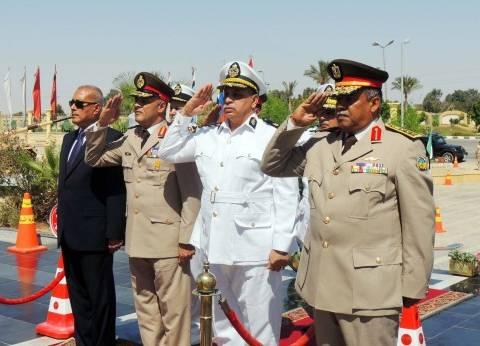 قيادات السويس وقائد الجيش الثالث يضعون أكاليل الزهور على قبر الجندي المجهول