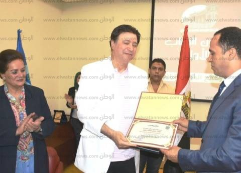 رئيس جامعة دمنهور يكرم الفنان إيمان البحر درويش في صالون الشباب