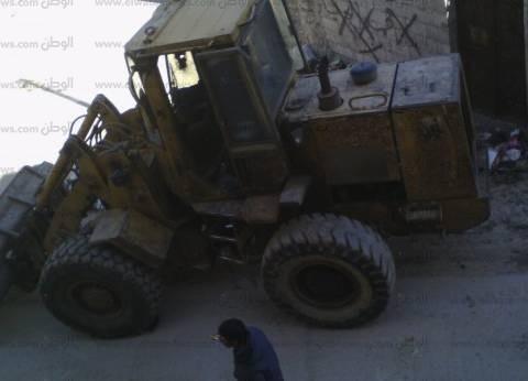 بالصور| معدات أهلية كبيرة تزيل القمامة من شوارع العريش
