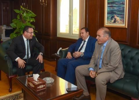 محافظ الإسكندرية يباشر عمله ويؤكد حل جميع المشكلات والعمل لضبط الأسعار