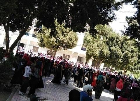 """رغم نفي شائعة مقتل زميلتهم.. طالبات بـ""""أزهر أسيوط"""" يحطمن أبواب الجامعة"""