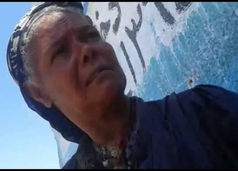 """فريق التدخل السريع بالسويس يحاول إنقاذ """"سيدة الرصيف"""".. والعجوز ترفض"""