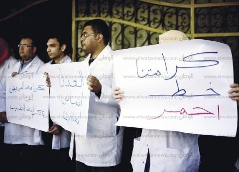"""أعضاء هيئة تدريس """"طب المنصورة"""" يرفضون توصية """"تعليمية النواب"""" بإقالة رئيس الجامعة"""