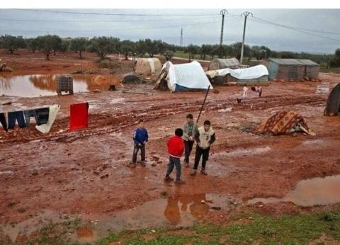 غرق 14 مخيما للاجئين بسبب الأمطار شمال غرب سوريا