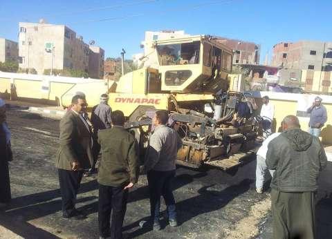 رئيس مركز الداخلة بالوادي الجديد يتابع أعمال رصف الطرق الداخلية