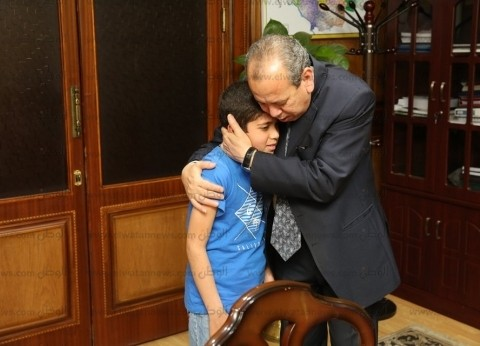 """محافظ كفر الشيخ يحتضن ابن عامل توفى: """"أنت فوق رأسى وامك هترجع لشغلها"""""""