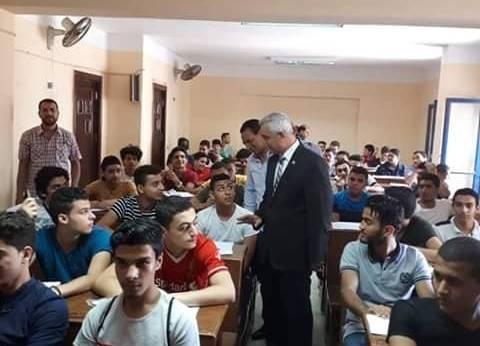 نائب رئيس جامعة المنوفية يتفقد اختبارات القدرات النوعية بالجامعة