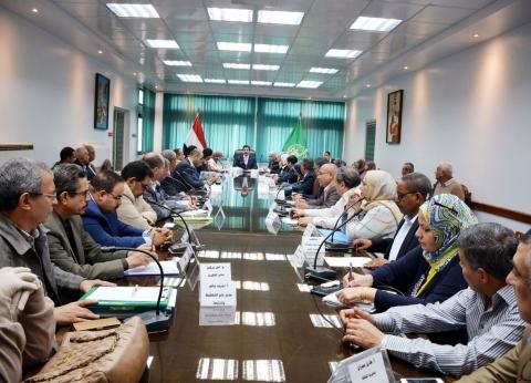 وفد مجلس الوزراء يناقش موقف المشروعات المتعثرة بالقليوبية