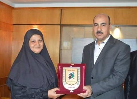 بالصور| رئيس جامعة الفيوم يُكرم والدة البطل الأوليمبي محمد إيهاب