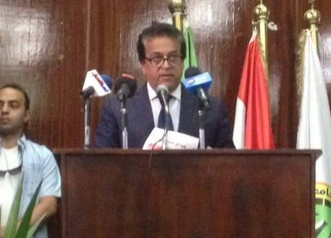 """""""عبدالغفار"""" يتفقد """"طوارئ سموحة"""" بعد استقبال 29 حالة من مصابي القطارين"""