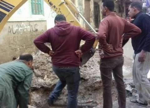 حي وسط الإسكندرية يصلح ماسورة مياه بالمفروزة
