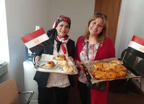 """بـ""""تورتة ومخبوزات"""".. عواطف تدلي بصوتها في الاستفتاء ببرلين: مصر بتفرح"""