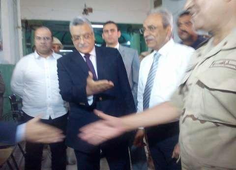 محافظ المنيا ومدير الأمن يتفقدان اللجان الانتخابية قبل غلقها