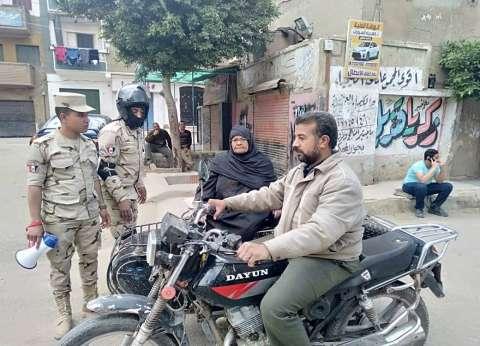 """مسنة تشارك في الاستفتاء بمساعدة قوات التأمين ببنها: """"علشان مصر"""""""