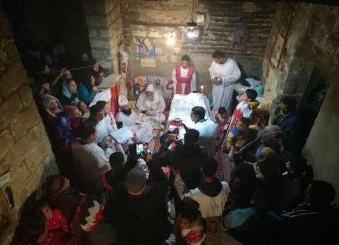 بالصور| الأنبا مكاريوس يترك المطرانية ويصلي العيد في قرية بالمنيا