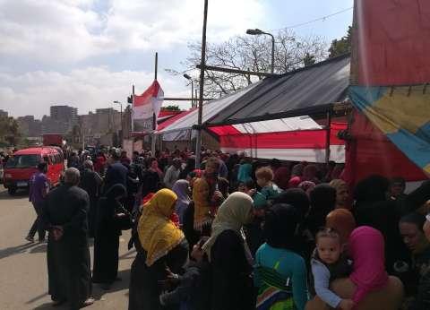 مواطنون يحتشدون أمام مدرسة في المنشية للتصويت بالاستفتاء