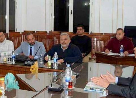 محافظ المنيا يناقش رفع كفاءة وتطوير الميادين مع لجنة التجميل