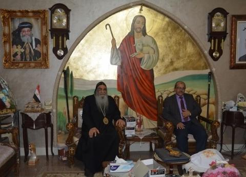 بالصور| رئيس جامعة الفيوم يزور الأنبا إبرام لتهنئته بترقيته لمطران