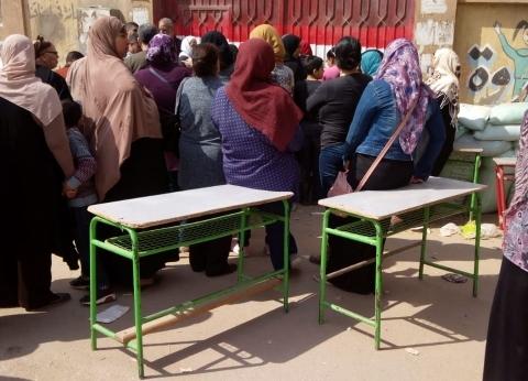 توافد الناخبات على لجان أطفيح والصف للتصويت في الاستفتاء لليوم الثاني