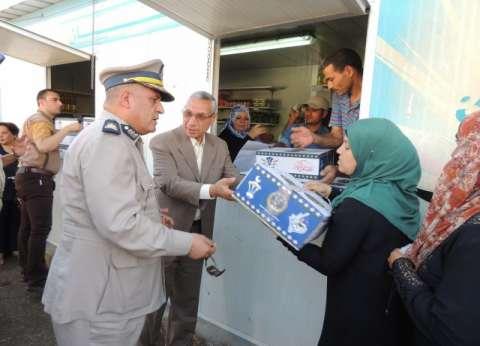 """""""الداخلية"""" توزع كراتين رمضان على الأسر الأكثر احتياجا في المنيا"""