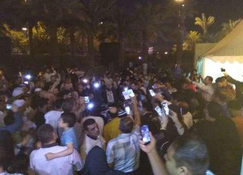 بالصور| حشود المصريين أمام مقر السفارة بالرياض بعد غلق باب التصويت