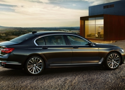 """فيديو.. """"BMW"""" توفر لعملائها خدمة ركن السيارة """"أتوماتيك"""""""