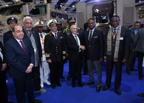 """جولة لـ""""العصار"""" مع وزير دفاع الكاميرون ومسؤول أردني بـ""""إيديكس 2018"""""""