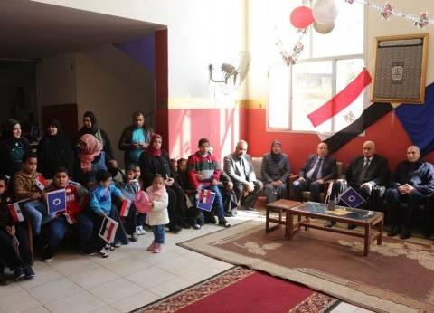 """محافظ السويس يشارك أيتام """"الحنان"""" احتفالات ذكرى ثورة يناير"""