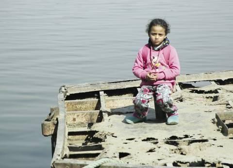 طريق المدرسة يبدأ بـ«معدية».. طفلة من جزيرة الوراق تركبها بمفردها يومياً