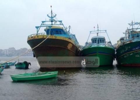 صيادو السويس يتجمهرون أمام ميناء الأتكة للمطالبة باستخراج التراخيص