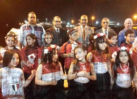 50 من طلاب مدارس بورسعيد يستقبلون السائحين بالورود والأغاني الوطنية والأعلام