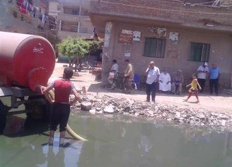 بالصور| مدينة المحلة تخصص سيارات لكسح مياه الصرف بعدد من القرى