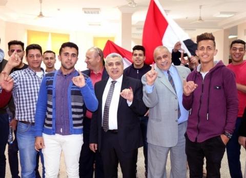 بالصور| رئيس جامعة طنطا يتابع مشاركة الطلاب المغتربين في الاستفتاء
