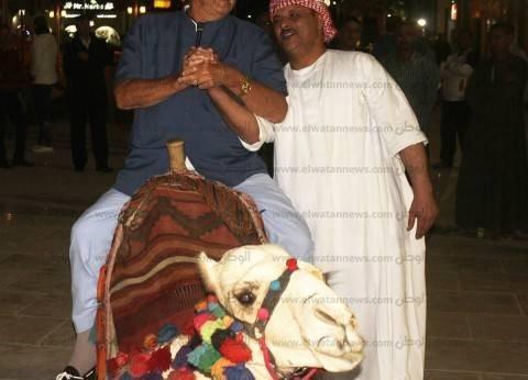 بالصور| الأمير هنرك يزور السوق التجارية ومسجد الصحابة بشرم الشيخ