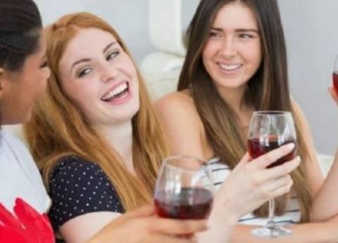 """دراسة حديثة: اقتراب النساء من مستوى الرجال في """"تناول الكحوليات"""""""