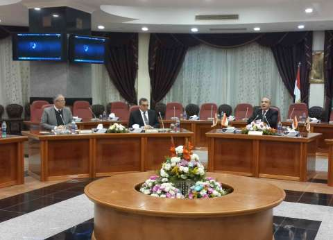 وزير التنمية المحلية يعقد اجتماعا مع 5 محافظين بالمنيا