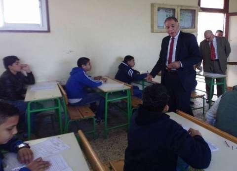 """وكيل """"تعليم دمياط"""" يستبعد مدير مدرسة ومسؤول أمن بسبب فوضى الامتحانات"""