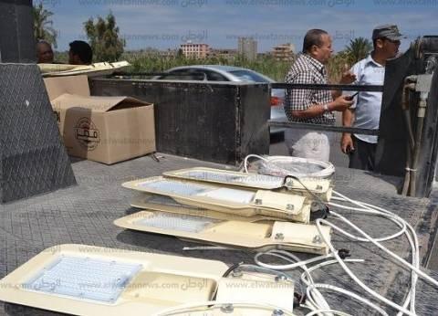 """رئيس مدينة بلطيم يتابع أعمال تركيب كشافات """"ليد"""" بالطريق الساحلي"""