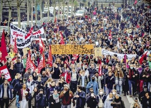 باريس تحذر: «الراديكاليون» يخططون لإسقاط النظام