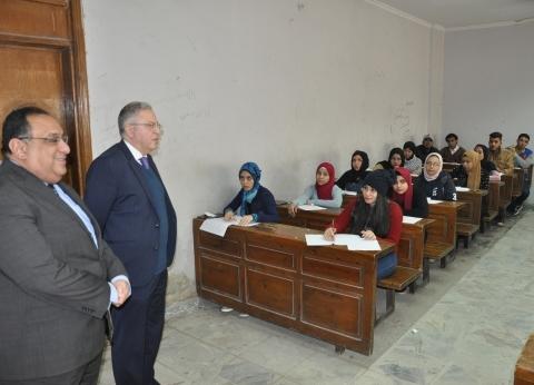 بالصور  رئيس جامعة حلوان يتابع عملية سير الامتحانات