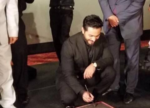 تامر حسني يعلن نفسه أول عربي يبصم في هوليود.. والمسرح الصيني يتجاهله
