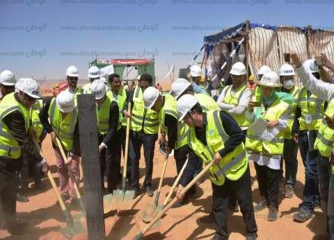 محافظ أسوان يضع حجر أساس إنشاء 3 محطـات شمسية جديدة ببنبان