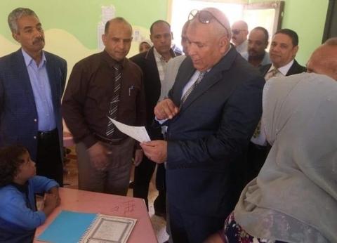 محافظ الوادي الجديد يوجه بالالتزام بنشرات التنقلات للمدرسين
