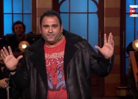 """أكرم حسني في SNL: """"مراتي ماشية في إجراءات الخلع.. وعندنا جلسة السبت"""""""